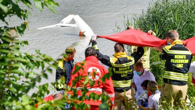Das Flugzeug lag im seichten Wasser beim Jachthafen. (Bild: Harald Dostal)