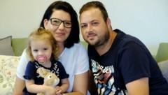 Die kleine Mia Paulina, Mama Michaela Preslmayr und Stefan Graf aus Schwertberg mussten lange auf einen Corona-Test warten. (Bild: Einöder Horst)