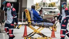 Ein Corona-Patient wird in ein Spital in Port Elizabeth (Südafrika) eingeliefert. (Bild: AFP)