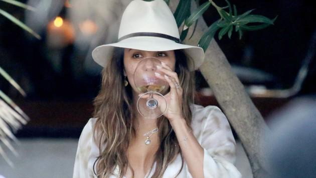 Eva Longoria trinkt ein Glaserl Wein.