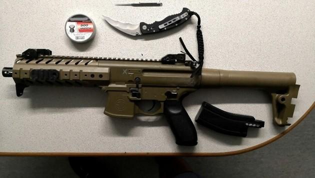 Neben dem Luftdruckgewehr in Maschinenpistolen-Optik wurden zwei weitere verbotene Waffen bei dem Teenager gefunden. (Bild: APA/LPD WIEN)