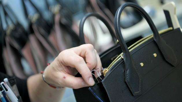 Hochpreisige Designertaschen liegen derzeit voll im Trend.