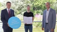David Kitzmüller (M.) erhielt gestern das Abschlusszertifikat von Wirtschafts-Landesrat Markus Achleitner (l.) und tech2b-Geschäftsführer Raphael Friedl. (Bild: Land OÖ)