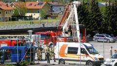 Bei einem Kinderfest in Golling (Tennengau) ist die Teleskopmastbühne der Feuerwehr zu nahe an eine Stromleitung geraten. Vier Kinder und ein Feuerwehrmann waren in diesem Moment im Korb. (Bild: Markus Tschepp)