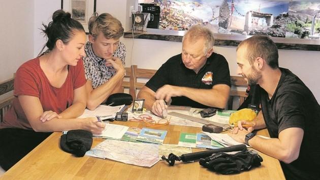 Marlene Brunner und Michi Prötsch bei der Tour-Besprechung mit Karl Wintersteller (2. v. re.) und dessen Sohn Matthias (re.). (Bild: Karl Wintersteller)