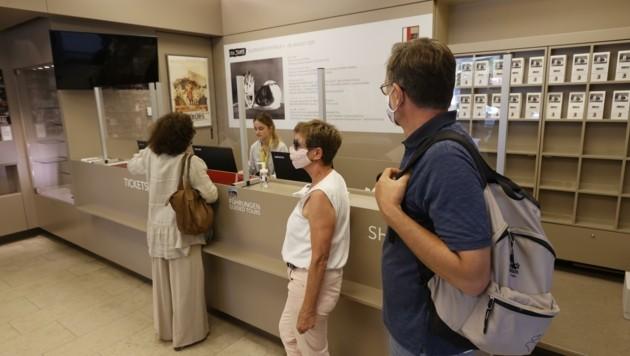 Nur jeweils drei Kunden durften in den Festspiel-Shop, um eine der Restkarten zu ergattern (Bild: Tschepp Markus)