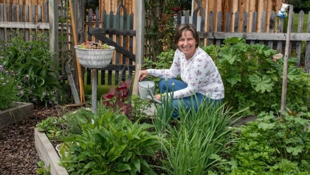 Petra Miklautz liebt die Arbeit mit Kräutern. Sie zaubert daraus alles, was wohltuend ist. (Bild: Arbeiter Dieter)
