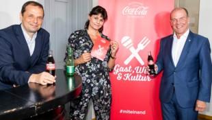 Philipp Bodzenta, Unternehmenssprecher Coca-Cola Österreich (li.), Kabarettistin Eva Maria Marold und Peter Dobcak, Gastro-Chef in der Wirtschaftskammer Wien, freuen sich auf die Gasthaus-Kabarett-Roadshow. (Bild: Coca-Cola/www.martinsteiger.at)