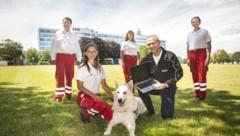Hilfe für die Suchhundestaffel des Roten Kreuzes: EVN-Sprecher Stefan Zach brachte dem Team kürzlich Laptops. (Bild: DANIELA MATEJSCHEK)