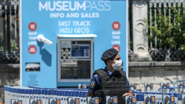 Ein türkischer Polizist vor dem Eingang der Hagia Sophia (Bild: APA/AFP/Ozan KOSE)