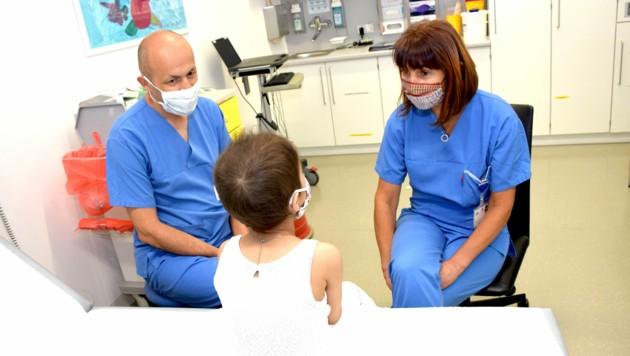 Kinderonkologe Roman Crazzolara bei der Visite am Bett eines kleinen Patienten (Bild: Med-Uni Innsbruck/D. Bullock)