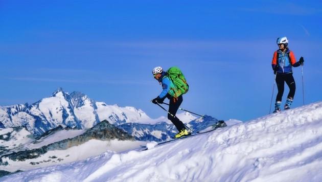 Skifahren im Sommer ist am Mölltaler Gletscher möglich. Im Hintergrund thront der mächtige Großglockner. (Bild: Wallner Hannes)