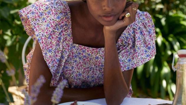 Auch bei Mango gibt es Kleider mit Streublumenmuster.