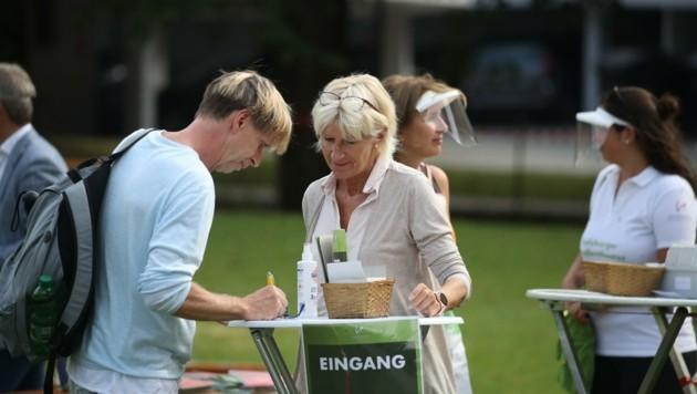 Zwei Gäste schreiben ihre Kontaktdaten auf die Karten (Bild: Tröster Andreas)
