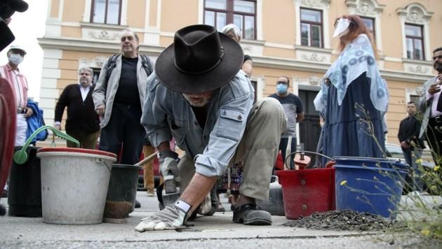 Künstler Gunter Demnig verlegte am Mittwochnachmittag den Stein (Bild: Tröster Andreas)