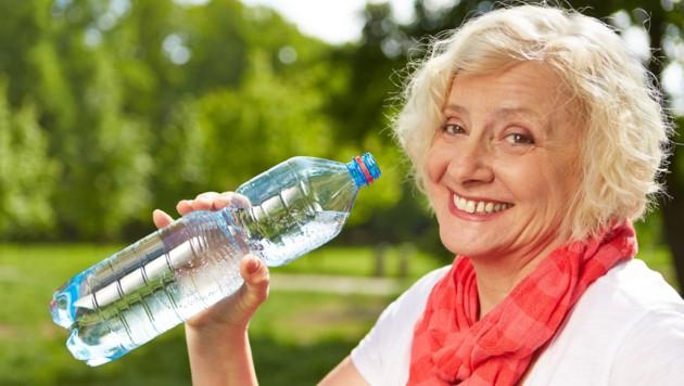 Für unterwegs unbedingt eine Flasche Wasser einpacken. (Bild: Robert Kneschke/stock.adobe.com)