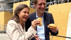 Bäckerei-Chefin Doris Felber brachte Donnerstagvormittag Wurstsemmeln als Stärkung vorbei. SPÖ-Fraktionsführer Jan Krainer nahm diese entgegen und verteilte sie. (Bild: twitter.com/BackereiFelber)
