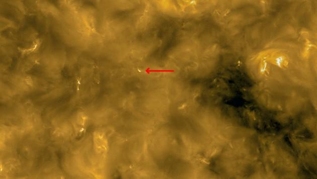 Erstmals fotografiert: Sogenannte Lagerfeuer, kleine Miniatur-Eruptionen (roter Pfeil) auf der Oberfläche der Sonne