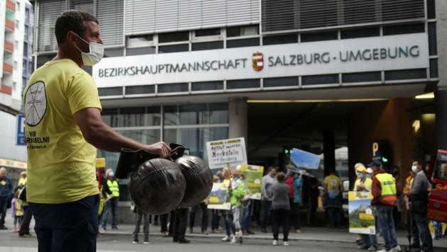 Protest mit Kuhglocken vor der BH (Bild: Tröster Andreas)