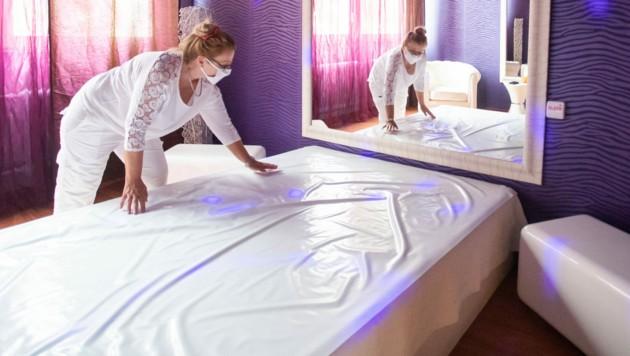 """Karlsruhe: Laura, Mitbetreiberin von """"Lauras Girls"""", richtet ein Bett in einem Arbeitszimmer des Bordells """"Lauras Girls"""" für die Wiedereröffnung vor. (Bild: APA/dpa/Tom Weller)"""