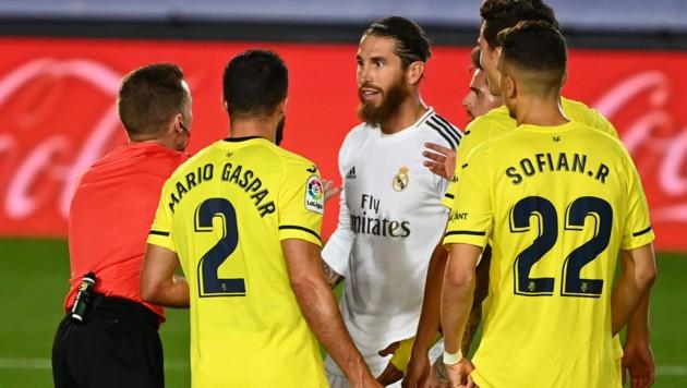 Schlitzohr Ramos redet mit dem Schiedsrichter.
