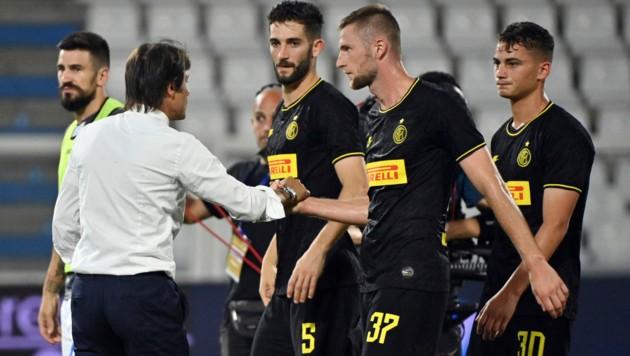 Antonio Conte feiert mit seinen Spielern den 4:0 Auswärtserfolg gegen SPAL. (Bild: LaPresse)