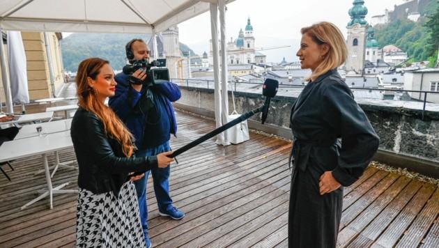 Social Distancing ist bei den Salzburger Festspielen erwünscht und wurde auch beim Video-Interview mit AdabeiTV-Lady Sasa Schwarzjirg für krone.at voll und ganz eingehalten.