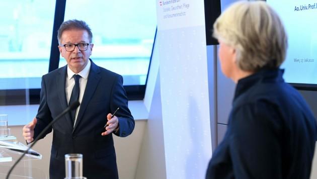 Gesundheitsminister Rudolf Anschober und Virologin Elisabeth Puchhammer-Stöckl (Bild: APA/HELMUT FOHRINGER)