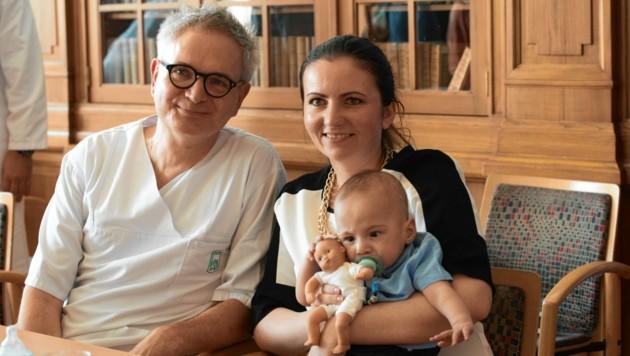 Neonatologie-Leiter Berndt Urlesberger, Mutter Anita M. mit Gabriel (Bild: Elmar Gubisch)
