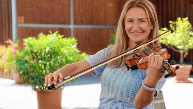 """Angelika Niedetzky beim Geige Spielen am Wiener Cobenzl - am Freitag ist sie in dem Comedy-Format """"Ziemlich bester Urlaub"""" (21.30, ORF 2) zu sehen. (Bild: Zwefo)"""