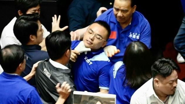 In Taiwans Parlament fliegen Fäuste und Wasserbomben.