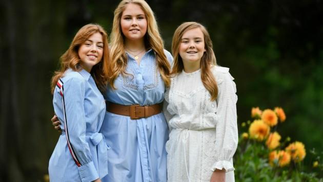 Die Prinzessinnen Alexia, Amalia und Ariane sehen in ihren Sommerkleidern bezaubernd aus. (Bild: AP)