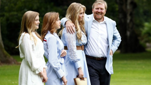 Willem-Alexander mit seinen drei hübschen Töchtern (Bild: AFP)