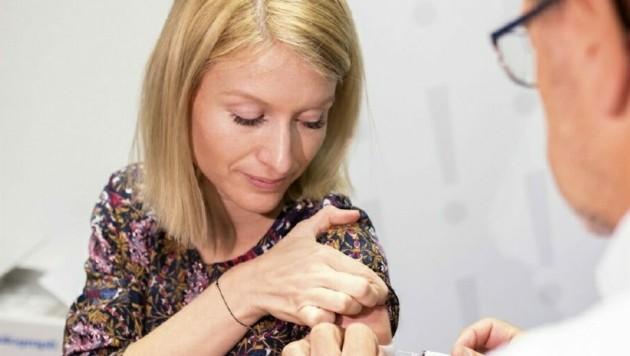 LH-Vize und Landesrätin Christine Haberlander beim Impfen (Bild: Harald Dostal)