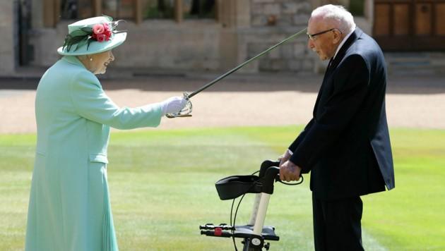 Queen Elizabeth II. hatte den Weltkriegsveteranen und Rekord-Spendensammler Tom Moore für seine Leistungen zum Ritter geschlagen. (Bild: AP)