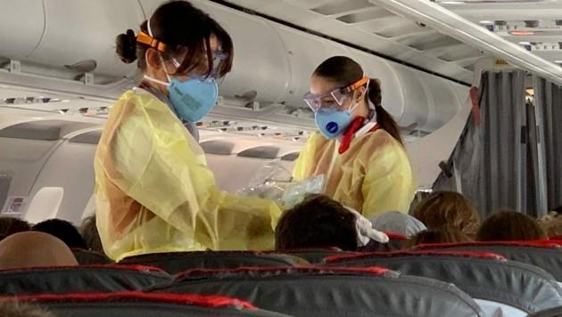 Flugbegleiterinnen zogen rasch Schutzkleidung an