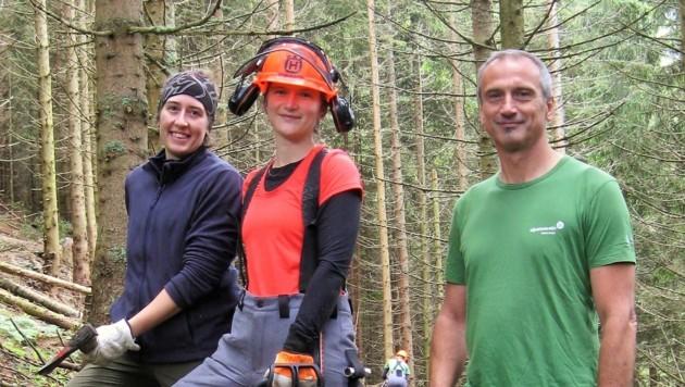 Frauenpower im Wald. Projektkoordinator Andreas Hölzl mit den freiwilligen Forstarbeiterinnen Isabella und Sandra (li.)