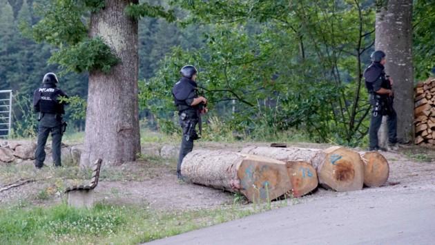 Mit einem Großaufgebot wurde nach dem Flüchtigen gesucht. (Bild: APA/dpa/Sven Kohls/SDMG)