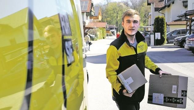 SAK-Offensivgeist Julian Feiser, der am Spielfeld Tore, als Postler Packerl und Briefe zustellt. (Bild: Tröster Andreas)