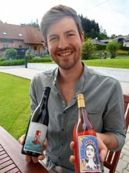 Die Etiketten der Weinflaschen werden von Werken junger Künstler geziert. (Bild: SOBE HERMANN)