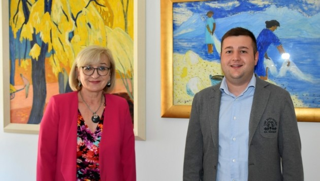 Bildungs- und Kulturlandesrätin Beate Palfrader mit Manuel Tumler, der als erster Student das Kooperationsstudium abgeschlossen hat.