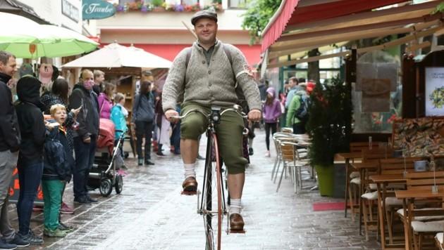 Rund 100 Radfans nahmen am 17. Nostalgie-Radrennen in Zell am See teil. (Bild: Roland Hölzl)