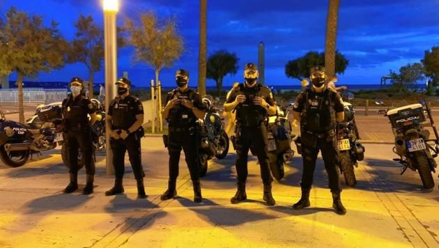 Die Polizei kontrolliert die Einhaltung der Corona-Regeln. Die Beamten patrouillieren zu Fuß an der Playa de Palma. (Bild: Anna Haselwanter)