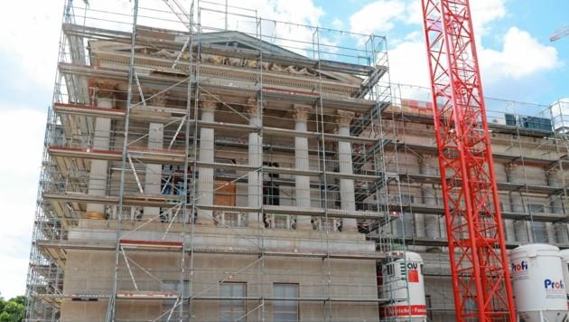 Bald 140 Jahre nach seiner Errichtung wird das historische Parlamentsgebäude im Herbst seit drei Jahren umgebaut. (Bild: Zwefo)