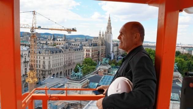 Nationalratspräsident Wolfgang Sobotka (ÖVP) sieht sich während einer Kranfahrt den Stand der Arbeiten von oben aus an. (Bild: Zwefo)