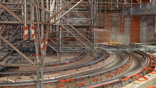 Herzstück der Umbauarbeiten ist der Plenarsaal des Nationalrats, der fast nicht mehr wiederzuerkennen ist. (Bild: Zwefo)