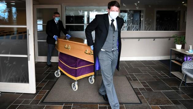 Der Sarg einer an Covid-19 verstorbenen Britin im Osten Schottlands (Bild: APA/AFP/Andy Buchanan)
