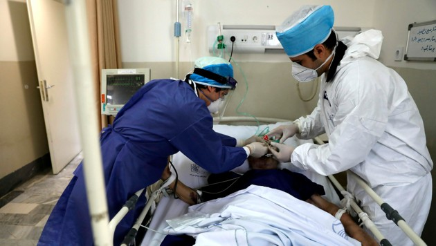 Die Behandlung eines Covid-19-Patienten in einem Krankenhaus in Teheran (Bild: AP)