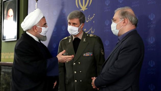 Präsident Rouhani während Beratungen mit seinem Gesundheitsminister Saeed Namaki (rechts) und seinem Verteidigungsminister Amir Hatami (Bild: APA/AFP/Iranian Presidency)