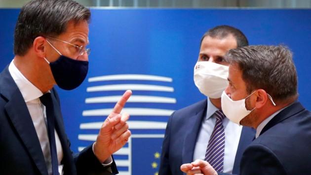 Der niederländische Ministerpräsident Minister Mark im intensiven Gedankenaustausch mit seinem belgischen Amtskollegen Xavier Bettel